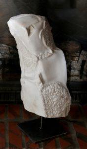 Poisson, tortue et animal tatoués sur la Befana, «Marbre blanc de Louvie-Soubiron»