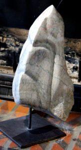 Le Casque ou Le facheux. Marbre de Payolle. La résille verte souligne les strates et leurs fractures perpendiculaires