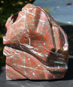 Marbre rouge à rares griottes, et veines blanches de calcite et veinules sombres d'oxydes de fer. Région de Villefranche-de-Conflent (Pyrénées, France), 2021